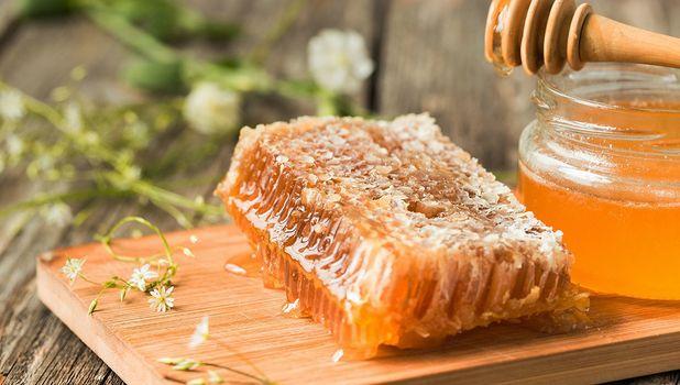 Raw honey can help lighten your hair | TopTenHairCare.net