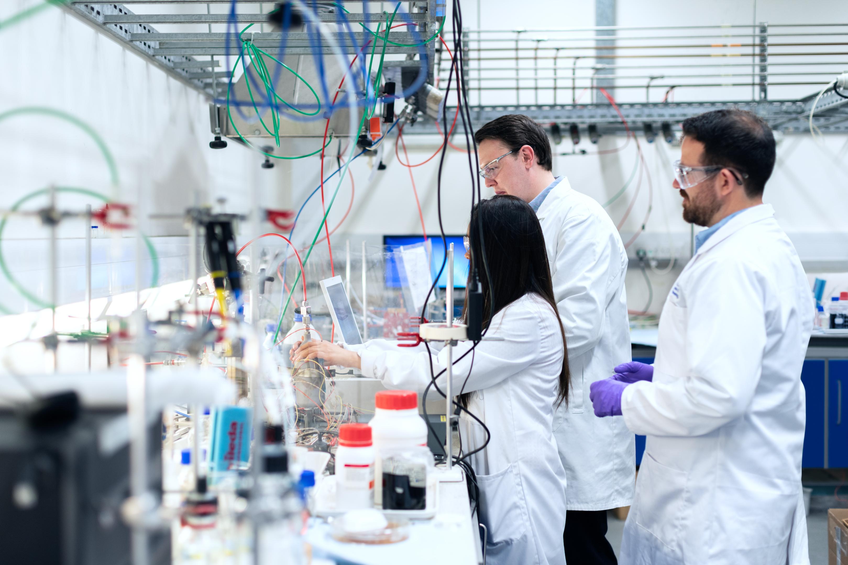 trois personnes dans un laboratoire